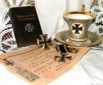 Zahlreiche Exponate zeigen die Wandlung über die Jahre und den Kult um das Eiserne Kreuz.