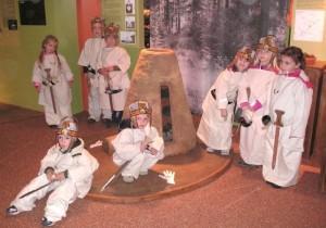 Kinder erleben Heiße Geschichte(n) im Landesmusem Birkenfeld mit Feuermachen mit besonderen Steinen.