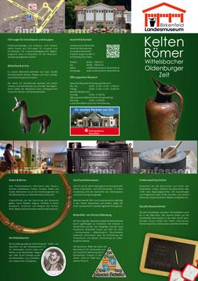 Das neue Faltblatt mit Beschreibungen zu den aktuellen Ausstellungen mit Darstellungen einer alten Kanne, des freisener Pferdchens, einem Armreif und Bildern aus den Ausstellungen.
